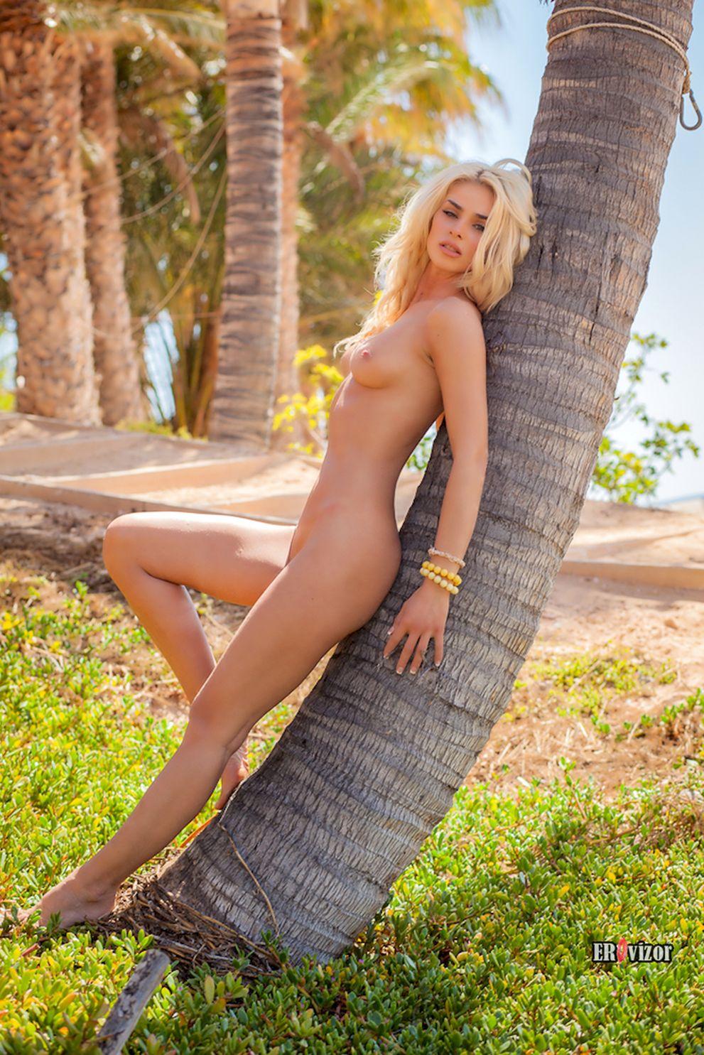 обнаженная облокотилась на пальму