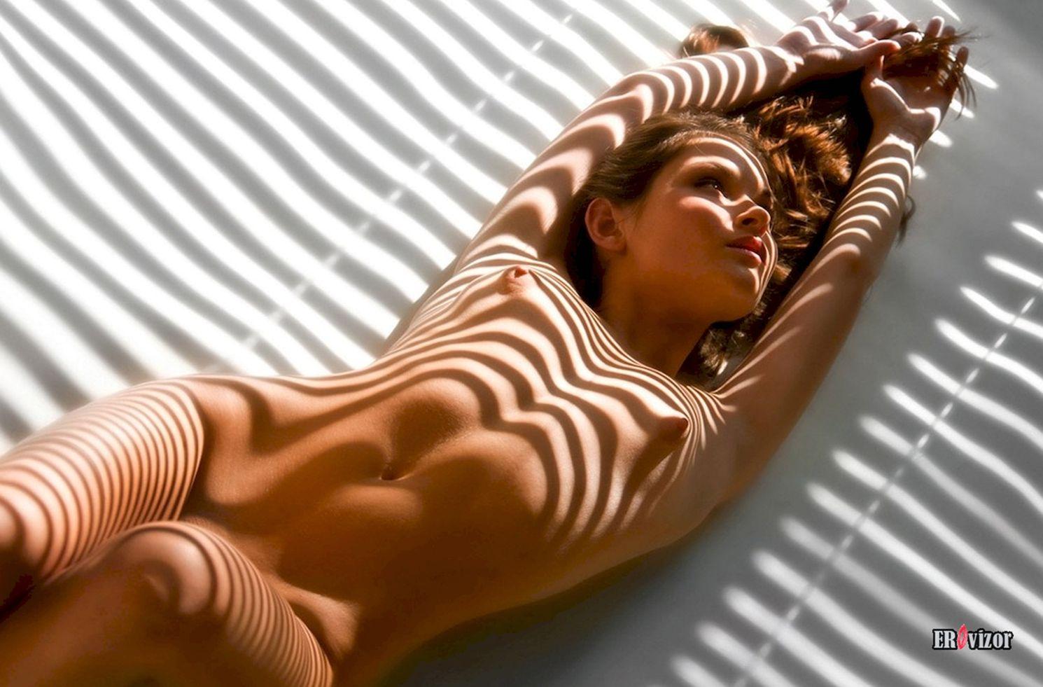 голая девушка и эротичная тень от жалюзи