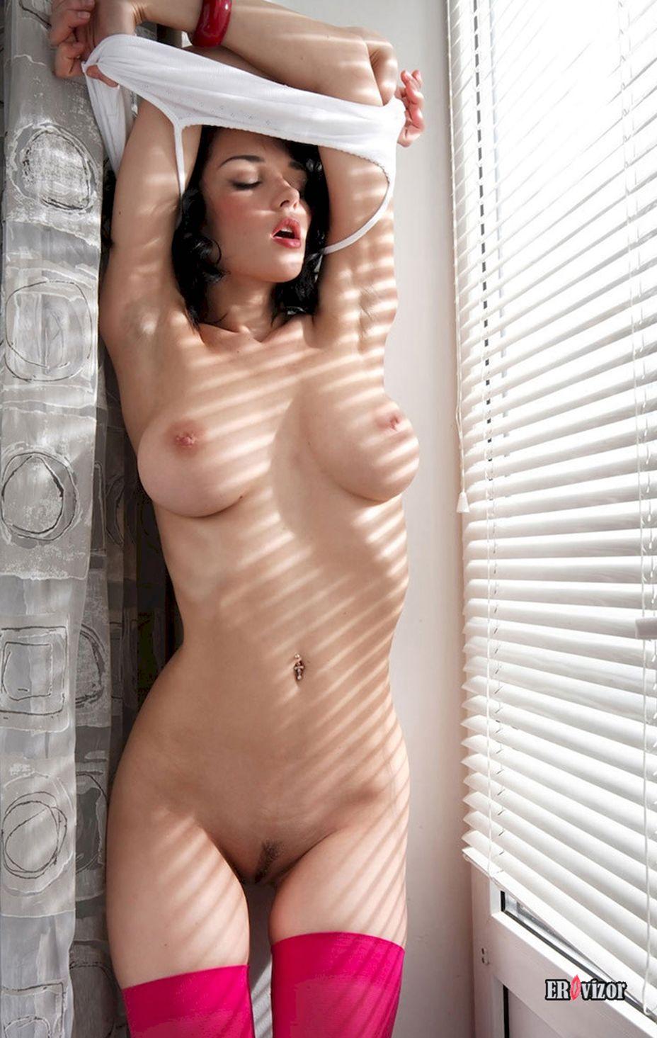 грудастая у окна