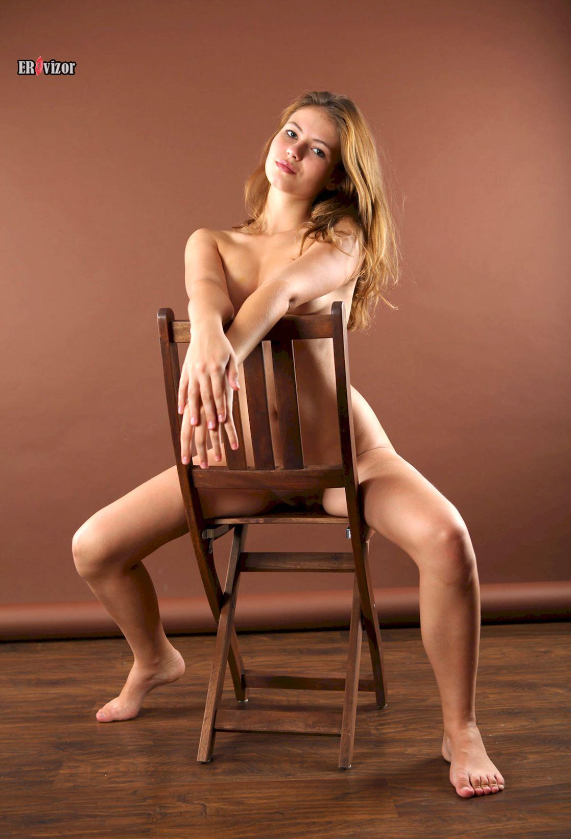 ню фото Viktoria Aliko на стуле